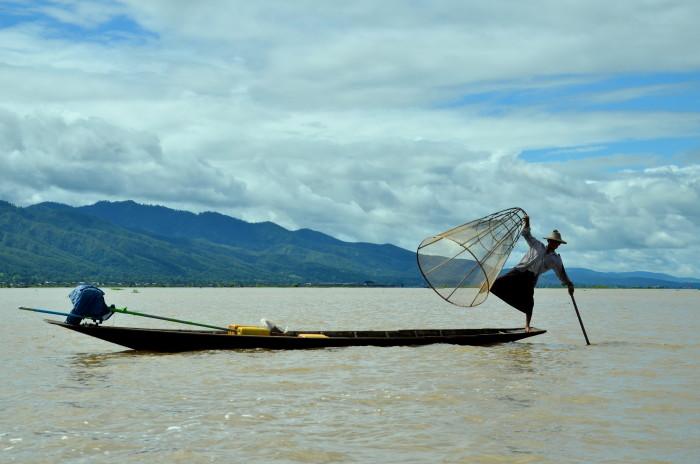 Inle-Lake-Myanmar-One-Leg-Rowing