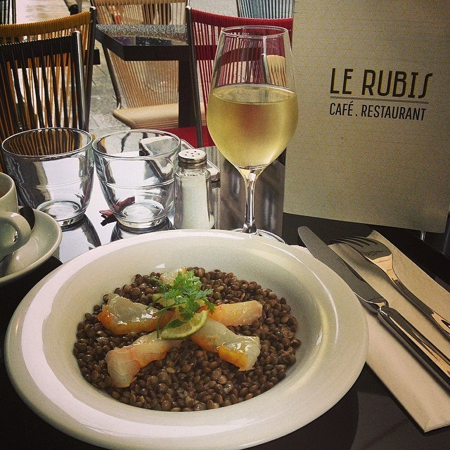 A local favorite, Le Rubis is a great lunch spot that turns into an equally great snacks-only spot at night. (Photo: Le Rubis/Facebook.)
