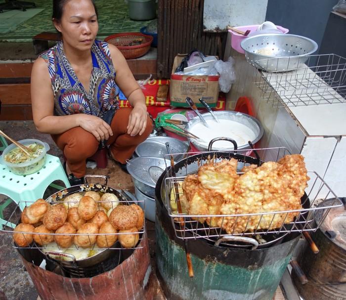 Bánh chuối (right) and Bánh rán (left).